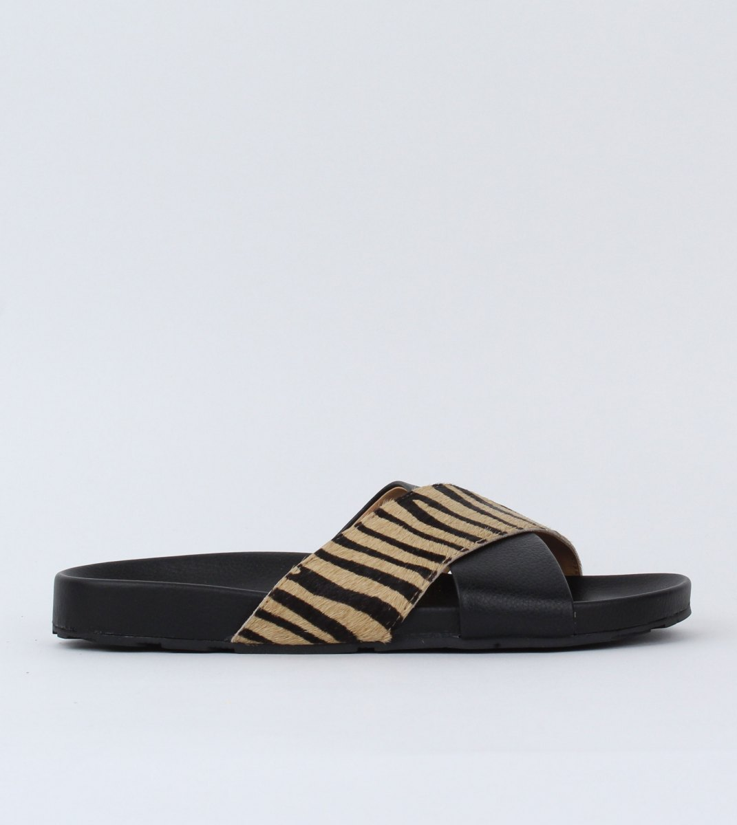 Rollie-Tide_Cross_Slide-Black_Zebra-Outside